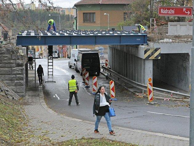 Odbor dopravy a komunálních služeb upozorňuje řidiče, že od soboty 3. prosince od 7 hodin do neděle 4. prosince do 20 hodin bude uzavřen úsek silnice na Znojemské ulici pod viaduktem.