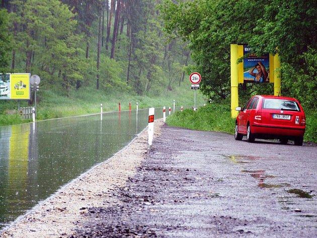 Uzavírka hlavního tahu mezi Třebíčí a Brnem v úseku u Vladislavi už skončila. Řidiči získali několik kilometrů úplně nového povrchu včetně zpevněných krajnic a nových svodidel. Po vyzrání asfaltu přibude i vodorovné dopravní značení.