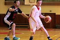 Třebíčští basketbalisté (v bílém) prohráli oba poslední zápasy základní části oblastního přeboru na palubovce brněnské Tesly a Boskovic. Smitalův tým čeká v play-off Žďár nad Sázavou B..