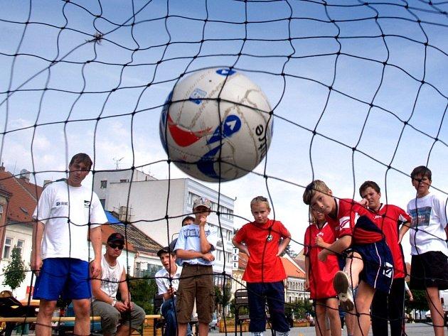 Fotbalová škola z Třebíče uspořádala na Karlově náměstí první Den fotbalu. Cílem akce bylo ukázat rodičům a veřejnosti plusy fotbalu a světlé stránky tohoto sportu.