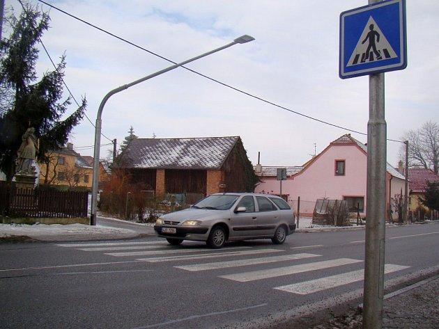 Přechod pro chodce přes silnici první třídy v Jakubově u Moravských Budějovic se vyhnul odstranění. Loni se dočkal požadovaného bezbariérového přístupu a před nedávnem také nového osvětlení.
