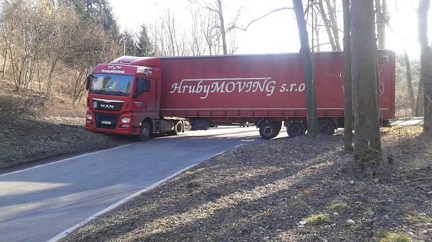 Vzpříčený kamion v Poušově.