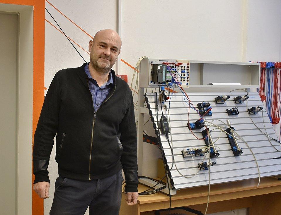 Jaroslav Dostál učí na Střední průmyslové škole už pětadvacet let. Pedagogem se stal vlastně náhodou.