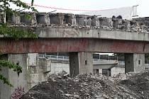 Bourání mostu a ramp u třebíčské nemocnice.