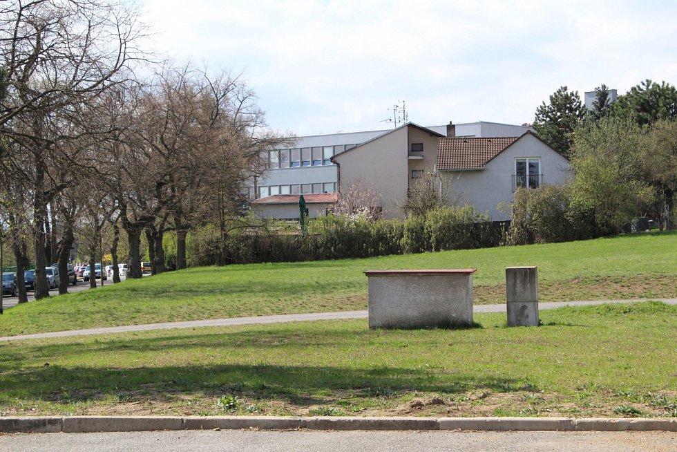 Louka na Hrádku, kde má vyrůst přístřešek se stoly a toaletami.