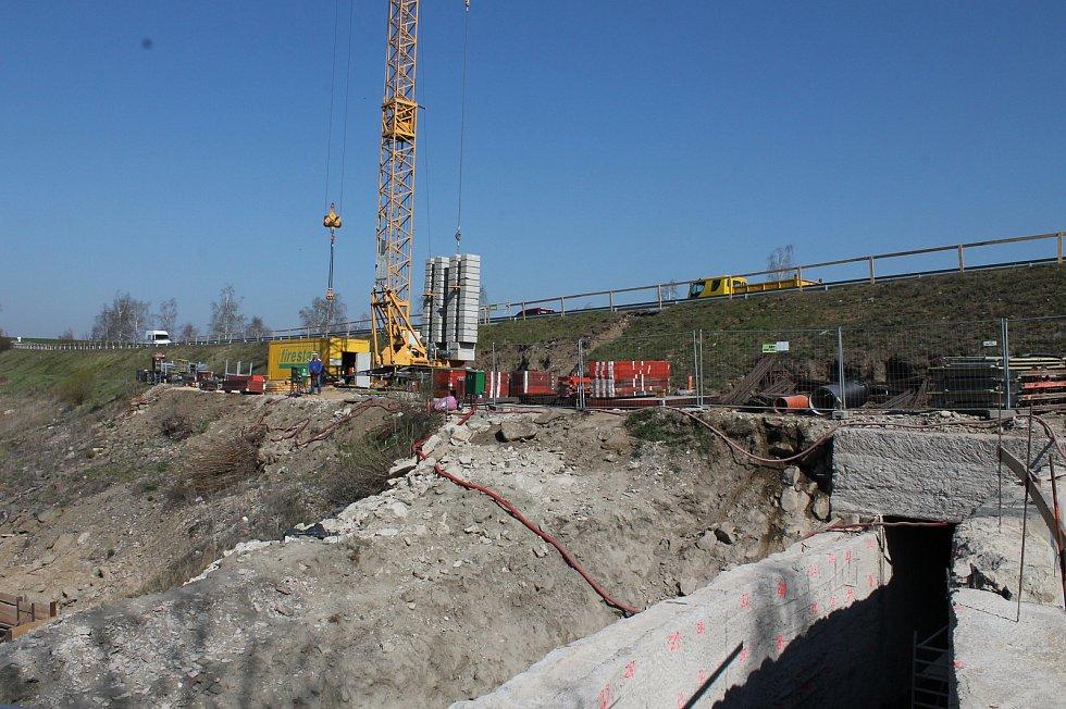 Rekonstrukce vodní nádrže Markovka nedaleko Třebíče skončí příští rok na jaře. Na snímku opravovaný bezpečnostní přeliv.