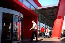 JASNÝ FAVORIT. Výběr zboží, prostorné parkoviště a vzhled hypermarketu. Toho si lidé cení na třebíčském Intersparu, který z ankety Deníku vyšel jako nejoblíbenější market.