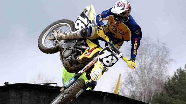 Jako motokros. Jedna z disciplín, ve které jezdí bikeři, připomíná motokros.