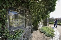 Památník obětem náletu v Dalešicích - Dalešice a Hrotovice na Třebíčsku zažily tragický konec druhé světové války. Zatímco do centra Hrotovic spadly pumy 8. května 1945 zřejmě omylem, Dalešice se staly terčem sovětského bombardování o den dříve záměrně.