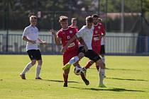 Fotbalisté Třebíče (v červeném) porazili rezervu Velkého Mezřičí 1:0.