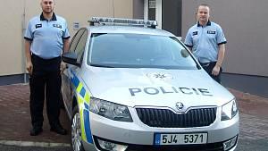 Zleva policisté Tomáš Pustina a Radek Pečiva.