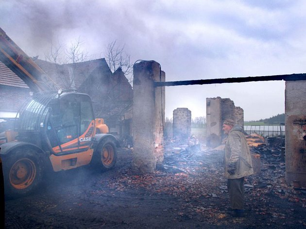 SMUTEK. Slzy v očích majitele byly patrné při pohledu na doutnající trosky shořelé stodoly v Náramči.