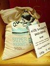 V Krámku Pod Věží lze nakupovat do vlastních nádob či textilních sáčků, Vrátka tak podporují bezobalový prodej.