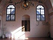 Oponu v Zadní synagoze, která zakrývá schránku na tóru, prohlásilo Ministerstvo kultury ČR za kulturní památku.