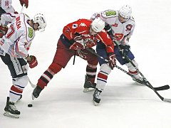 Obě dvě úvodní čtvrtfinálové bitvy v Havlíčkově Brodě pro sebe vyválčili hokejisté Horácké Slavie Třebíč (ve světlém), kteří tak budou moci v domácím prostředí stvrdit postup do semifinále první ligy.