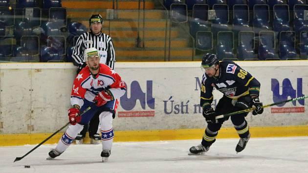 Třebíčští hokejisté (v bílém) mají za sebou nepovedený duel. V Praze podlehli Slavii vysoko 1:7.