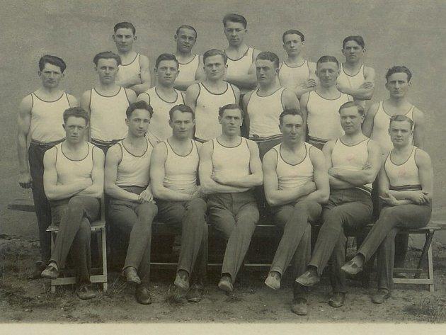 TJ Sokol byla ve Starči založena již v roce 1910, od září 1919 cvičili členové v nově otevřené sokolovně.