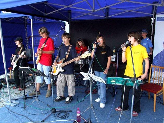 FUNKIDS. Kapela třináctiletých kluků a holek včera zahrála na moravskobudějovickém náměstí.