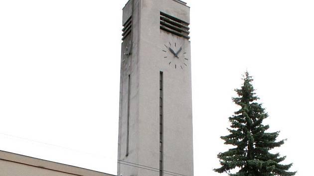 Věžní hodiny na kostele Jana Husa v Náměšti nad Oslavou na Třebíčsku po několika letech konečně ukazují správný čas.