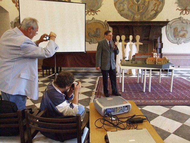 Poprvé. Historik Rudolf Fišer představuje při včerejším zahájení veletrhu muzeí model zámeckého areálu.