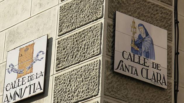 Nároží ulic Amnestie a svaté Kláry.