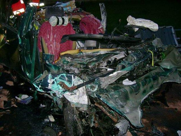 Při vážné dopravní nehodě, ke které došlo v pátek nad ránem na silnici číslo I/38 ve směru na Jihlavu mezi Svatým Křížem a Květnovem, zemřeli dva muži.