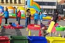 Že vzdělávání kolem třídění odpadu může být také zábava, ukázala skupina studentů v sobotu na Karlově náměstí v Třebíči.