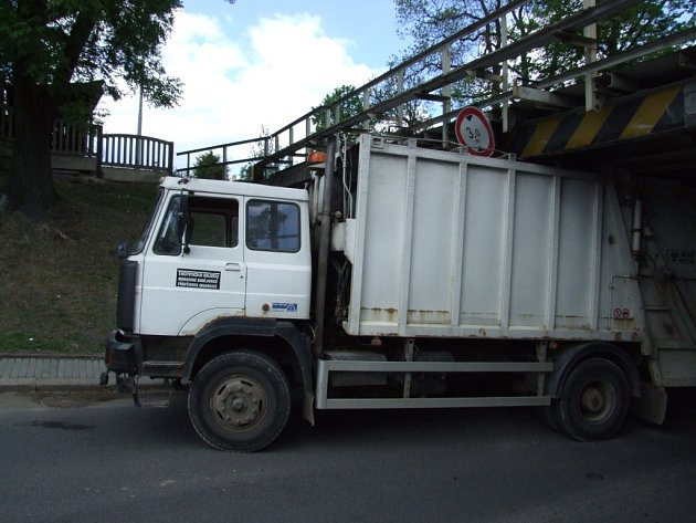 Vozidlo moravskobudějovických technických služeb uvízlo pod železničním viaduktem.