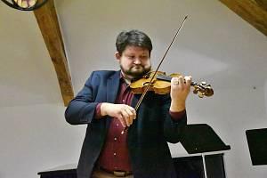 Ředitel Základní umělecké školy Hrotovice Jakub Lojda je vystudovaný houslista.