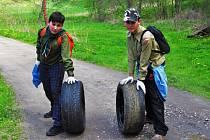 Celkem 130 skautů, z nichž 100 byly děti, naplnilo za 8 hodin práce 80 stodvacetilitrových pytlů odpadem. Mimo toto množství odklidili také velkoobjemový materiál jako pneumatiky, koberce, kusy železného odpadu či starou tiskárnu. Foto: Archiv střediska S