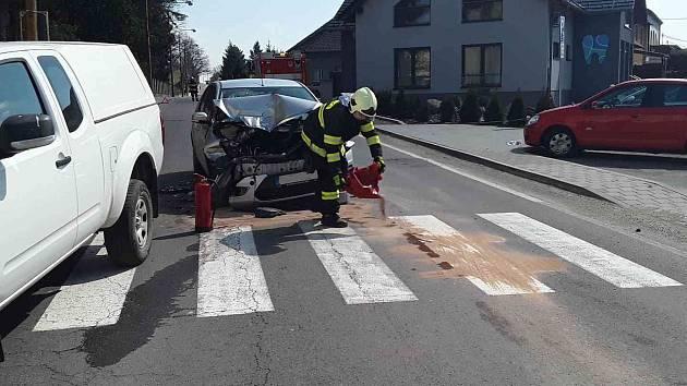 V Jemnici se na přechodu pro chodce srazila dvě auta