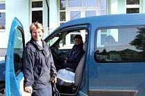Stanislava Jenerálová (vlevo) dříve pracovala v lese a na pile, na zápřah je zvyklá. Práce poštovní doručovatelky vyžaduje píli a odolnost.