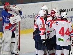 Hokejisté Horácké Slavie (v bílém) o víkendu zažili jedinou radost, když ve druhé třetině zápasu v Litomyšli vyrovnali, ale zápas třetího kola nadstavbové části Ligy staršího dorostu prohráli po nájezdech. Třebíč nezvládla další utkání ve Světlé.