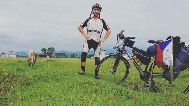 Na thajské tříkolce cestovatel dojel přes půl světa až na Moravu