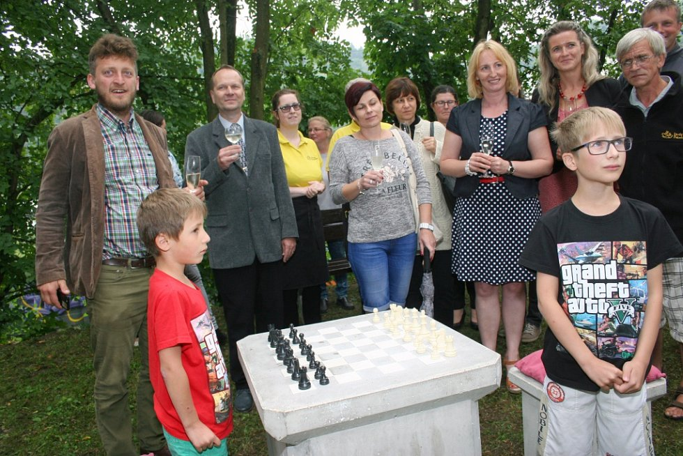 Slavnostního odhalení šachovnice se zúčastnil i otec myšlenky Ondřej Kobza (na snímku vlevo). K jeho projektům patří piana na ulici, veršomaty či právě venkovní šachy.