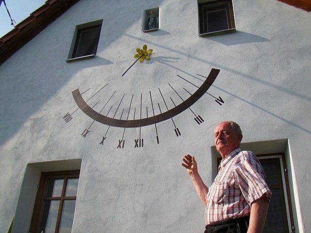 ěžní hodiny by lidé v Přeckově hledali marně. Při jasném počasí se však mohou nově podívat na jižní stranu domku Ludvíka Uchytila.