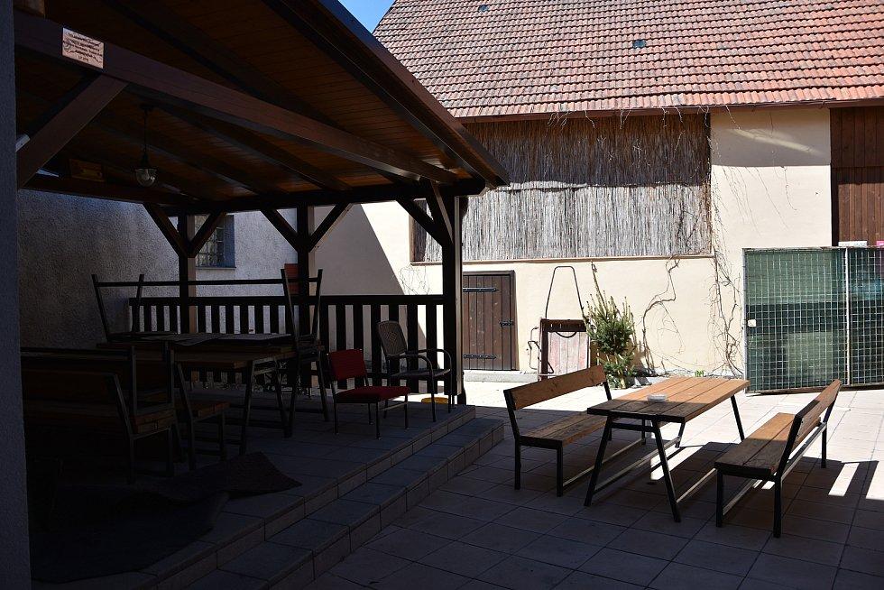 Společně s rekonstrukcí obecního úřadu se změn dočkal i dvorek, kde přibyla pergola. Tu mohou využívat i lidé, kteří si pronajmou společenský sál.