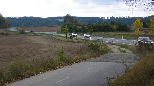 Po původní silnici si někteří řidiči zkracují cestu na spojnici Třebíče s dálnicí u Trnavy.