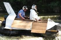 Skutečnou zkouškou odolnosti dvou desítek vyrobených plavidel byl závěrečný sjezd jezu pod železničním mostem.