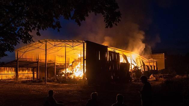 Požár seníku v Dolních Lažanech za sebou nechal škodu přesahující milion korun.