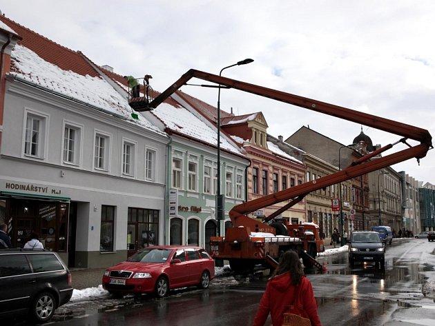 Sníh je třeba uklidit z chodínků i ze střech.