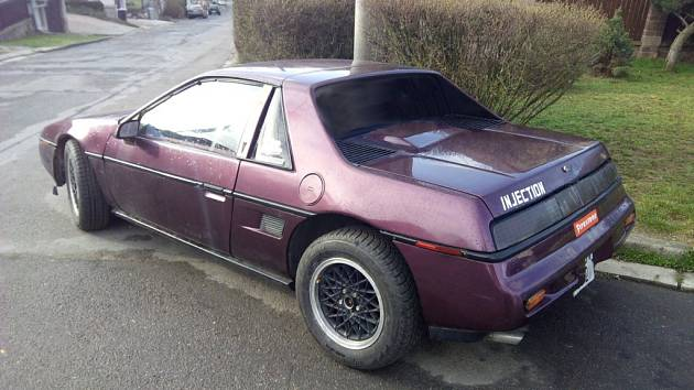 Pozornému oku jistě neuniklo třebíčské Fiero, které je lakováno vyzývavou fialovou barvou a je osazeno motorem Iron Duke.