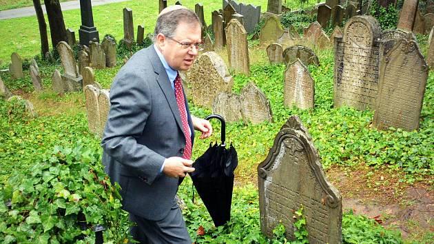 Daniel Meron u hrobu svého předka na židovském hřbitově v Třebíči.