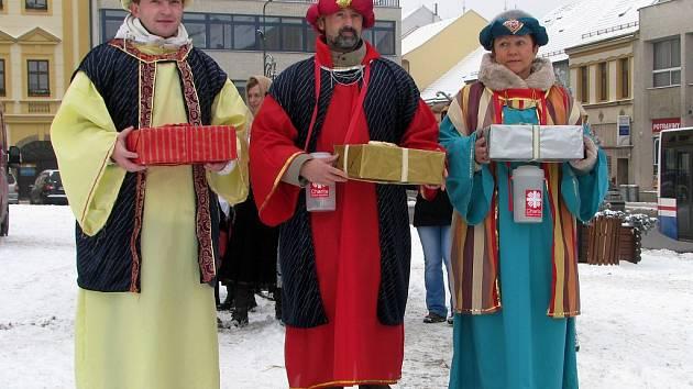 V čele tříkrálového průvodu, který včera odpoledne procházel Karlovým náměstím, byl v kostýmu jednoho z mudrců také ředitel Oblastní charity Třebíč Petr Jašek (uprostřed).