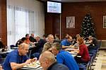 Přibližně 90 směnových zaměstnanců provozu a blokových dozoren, 25 hasičů, pět pracovnic kuchyně, jeden lékař a členové fyzické ochrany elektrárny budou Štědrý den trávit v práci.