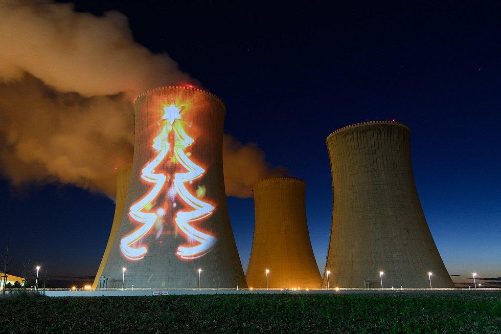Videoprojekce na chladicí věži dukovanské elektrárny.