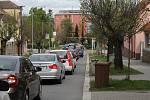 Uzavírka v Třebíči a její dopady. Kovové rameno ve Znojemské neumožňuje průjezd vysokých vozidel. Opatření kvůli nízkému viaduktu.