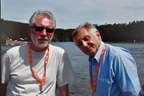 Herec Jaromír Hanzlík a režisér Jiří Menzel při křtu výletní lodi na Dalešické přehradě v roce 2007.