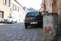 Popelnice v ulicích Zámostí v Třebíči. Duben 2019. Od května do září tam nebudou smět být. Jen při svozu odpadu.