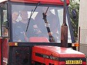 Studenti technických škol na Vysočině stavěli automobily, takzvané Kaipany, budoucí stavaři si mohli postavit dům a učni opravárenských oborů teď stojí před jinou výzvou, za rok zrenovovat 35 let starý traktor.